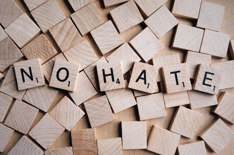 Jak zapobiegać mowie nienawiści w social mediach?